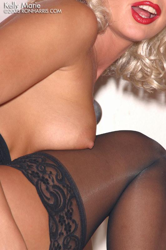 Блондиночка Kelle Marie раздвигает губки своей пилотки