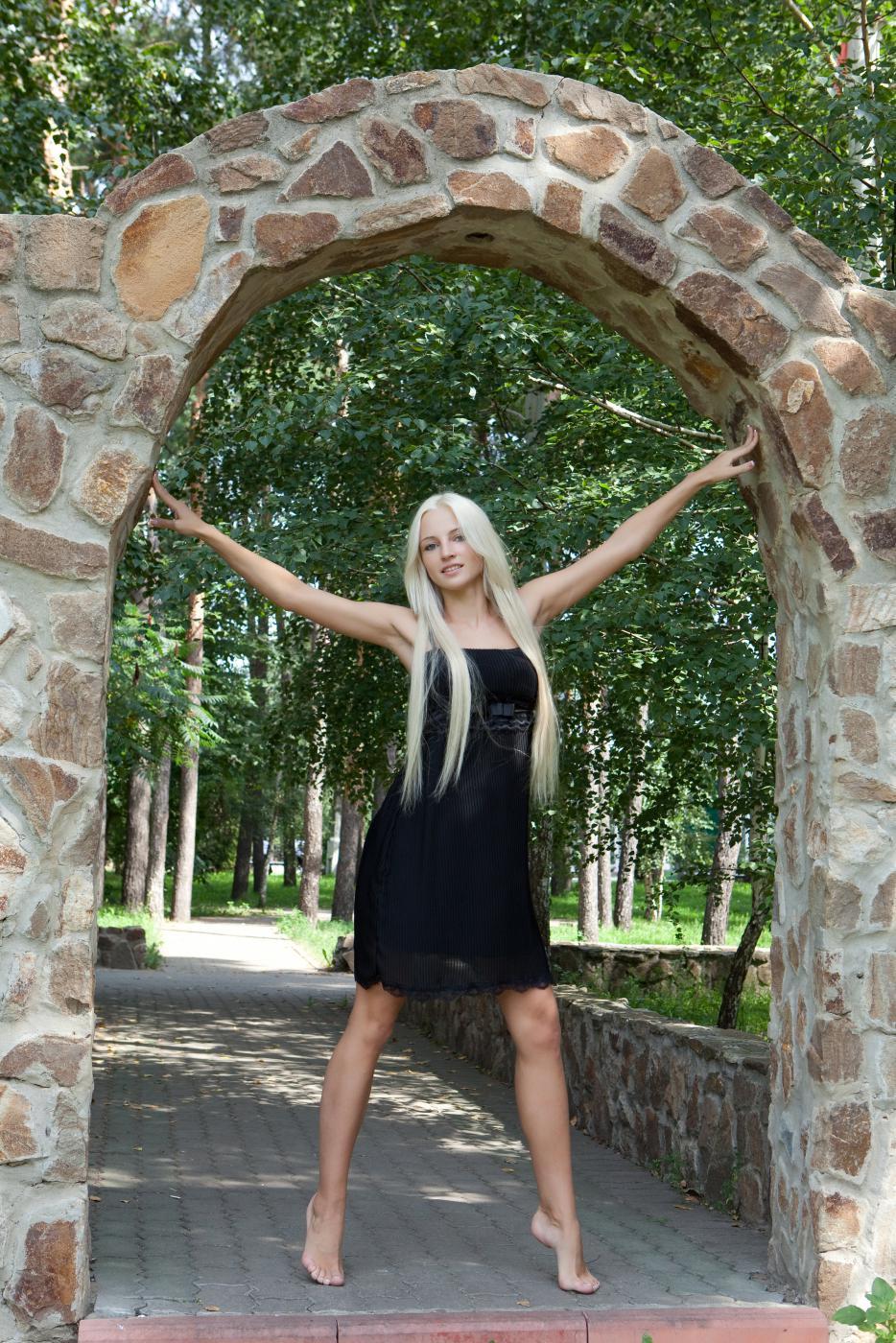 Роскошная блондинка Alysha A задирает платье на людях