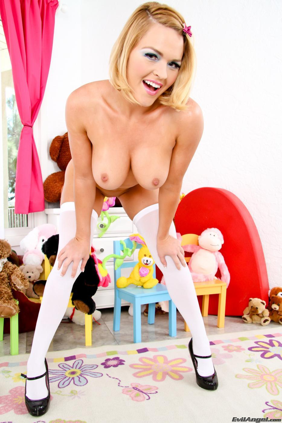 Красивая блондинка Krissy Lynn полностью готова продемонстрировать свою приличную попку