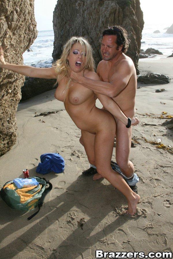 Полненькая блондиночка Brooke Scott жестко оттрахана сексапильным парнишкой