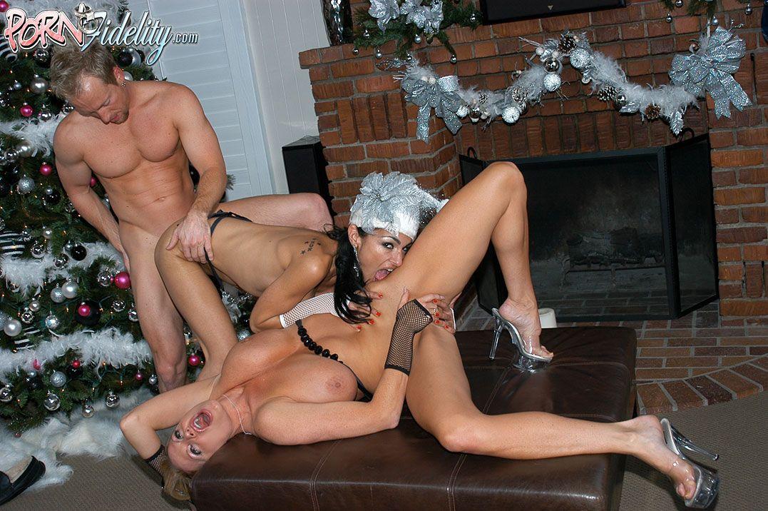 Горячая рождественская секс-вечеринка с сиськастой Persia Pele и негодной Kelly Madison