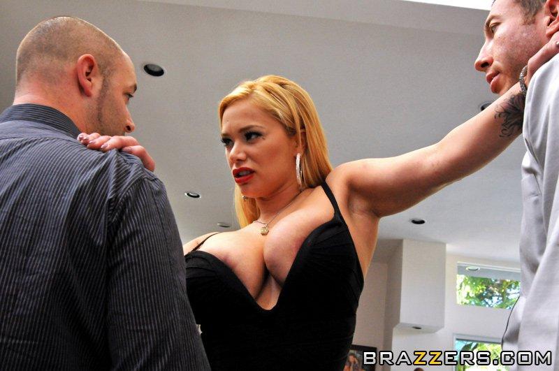 Пышногрудая мадам Shyla Stylez стягивает черное платье и трусики, принимает член в попку