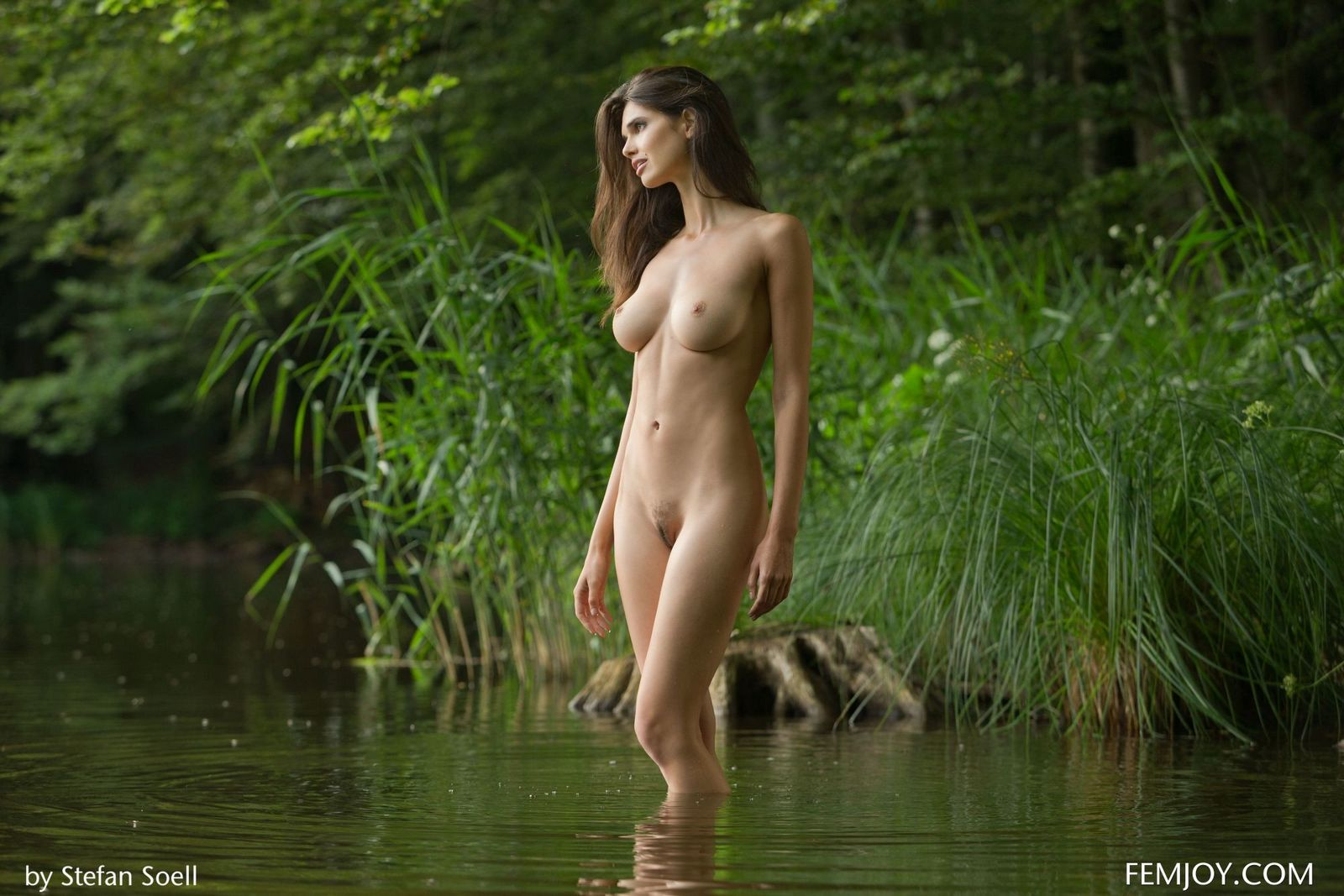 Не реально ухоженная русая порноактрисса раздетая у озера