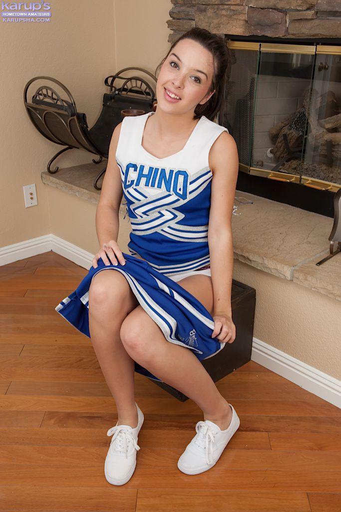 Молоденькая брюнеточка с бритой киской Natalie Heart снимает свою чирлидерскую форму и дрочит