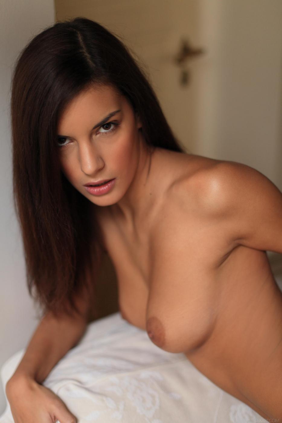 Пока у нее есть пальчики, симпатичная брюнеточка Candice Luca не заскучает