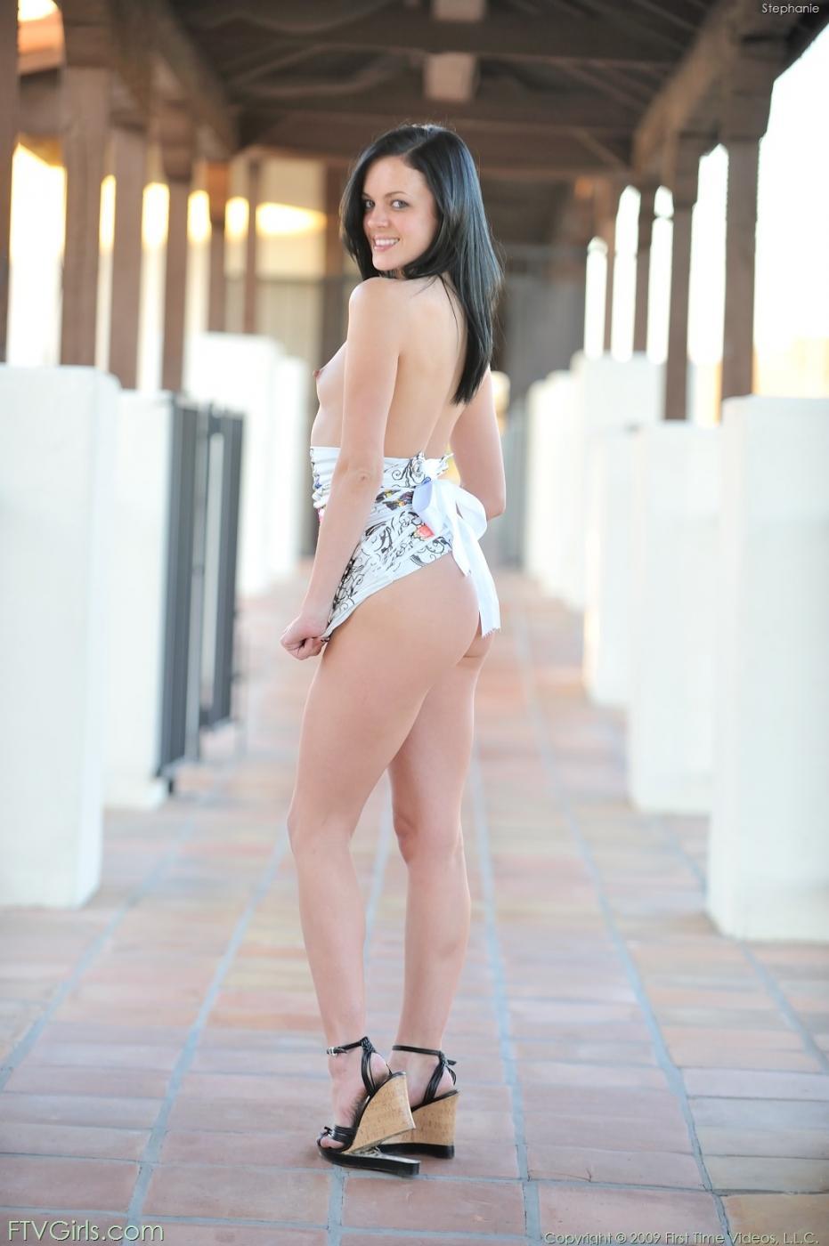 18-летняя модель с темными волосами с маленькими титьками Stephanie Sage исследует свою задницу стеклянным самотыком и пальцами