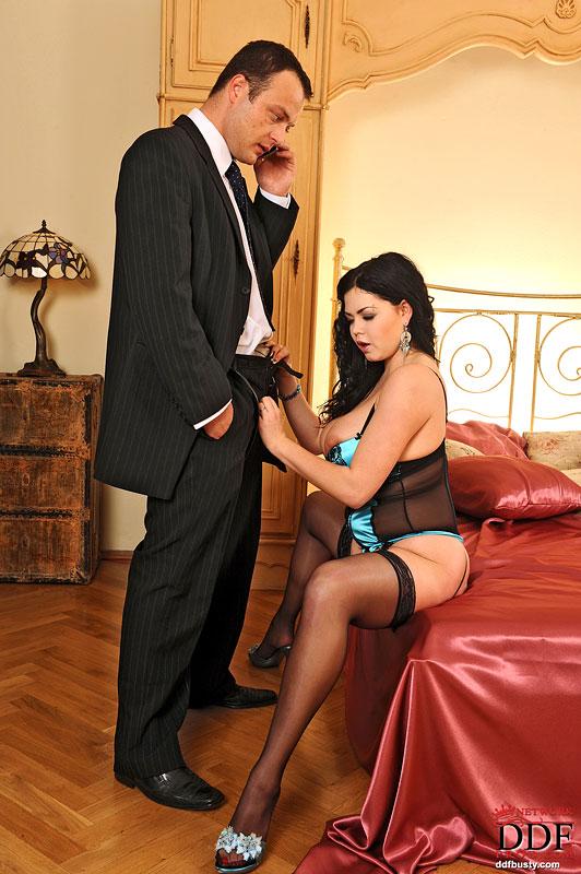 Shione Cooper отсосала любовнику и отдалась ему на кровати