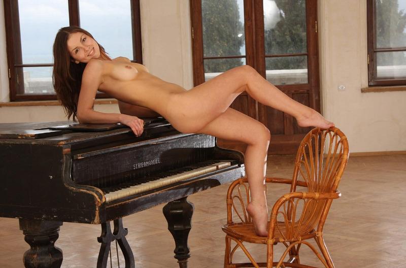 Русская пианистка сняла трусы и принимает развратные позы на рояле