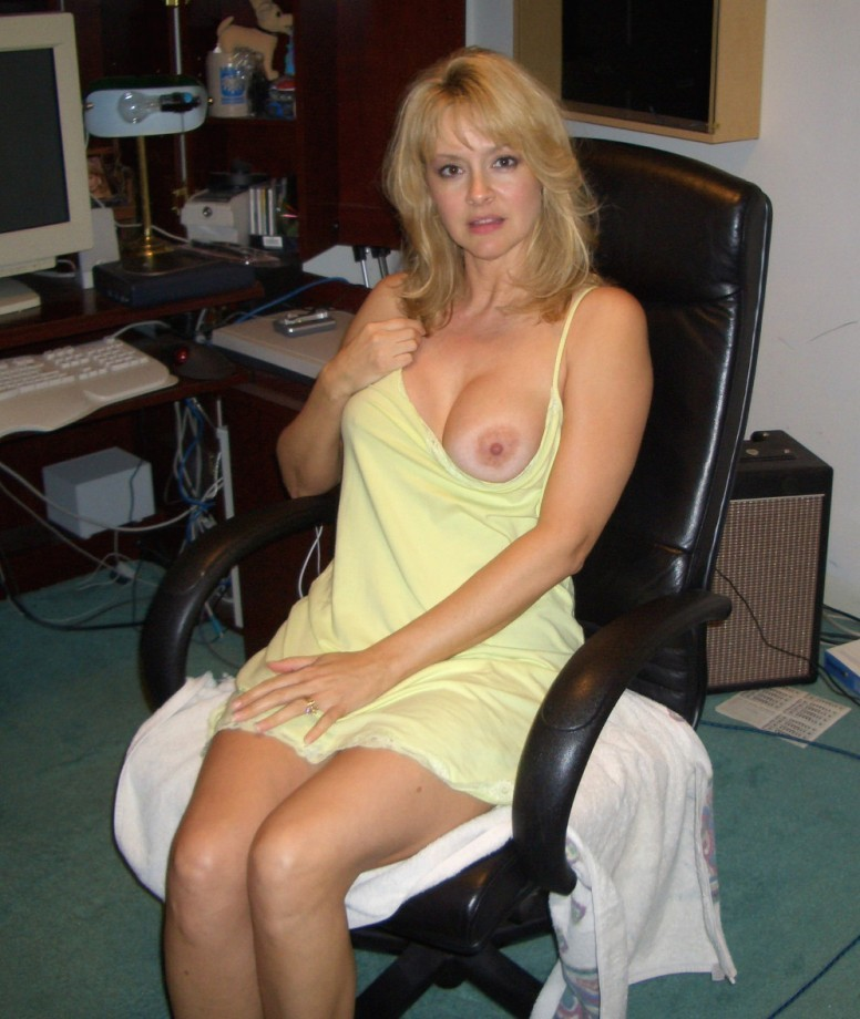 Привлекательная матерая мамка с огромной грудью