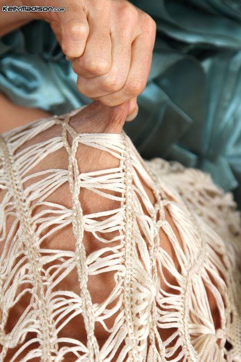Грудастая милфа Kelly Madison в возбужденной одежде показывает свою громадные буфера порно фото hd