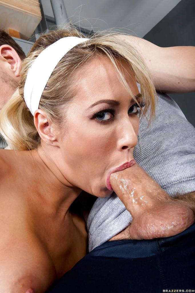 Тренер вылизал вагину сучки со свелыми волосами, а она пососала его писюн в тренажерном зале фото порно