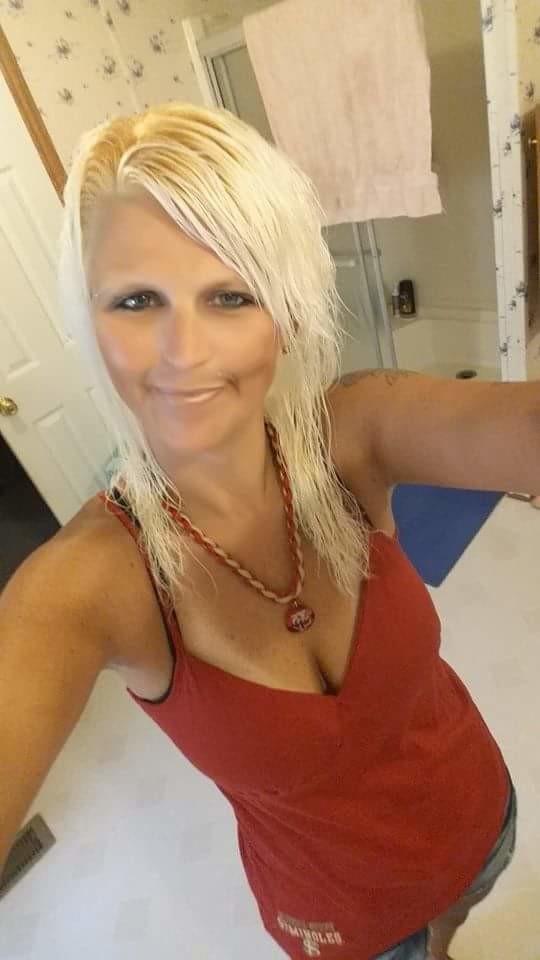 Стриженная 40-летняя блондинка продемонстрировала вареник