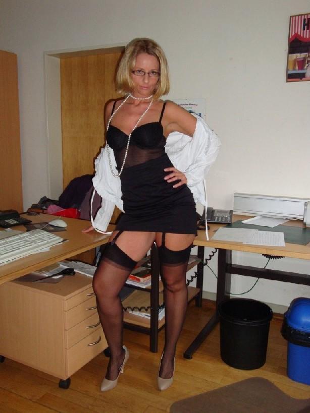 Эротичная секретарша онанирует свою шмоньку в шефа дома