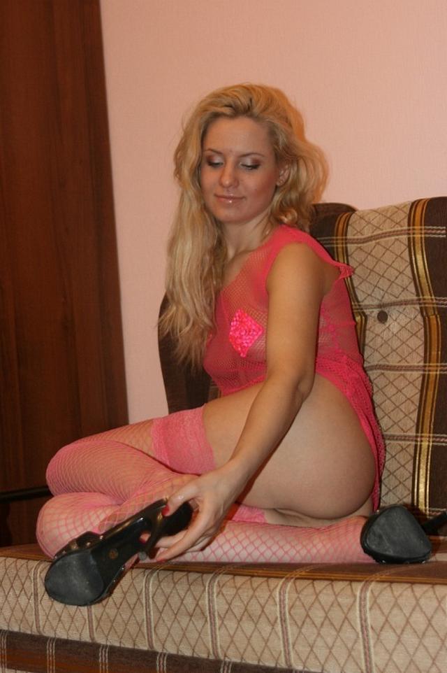 Блондиночках в розовых чулках в сетку раздевается