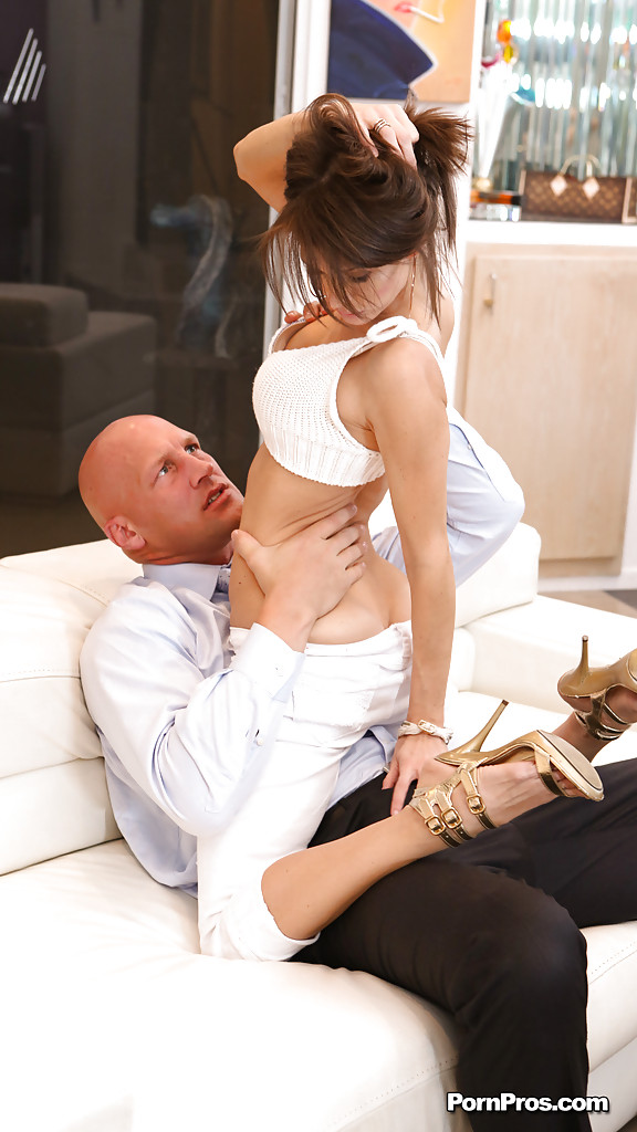 Худая мамаша выпросила у мужа дать ей пососать порно фото