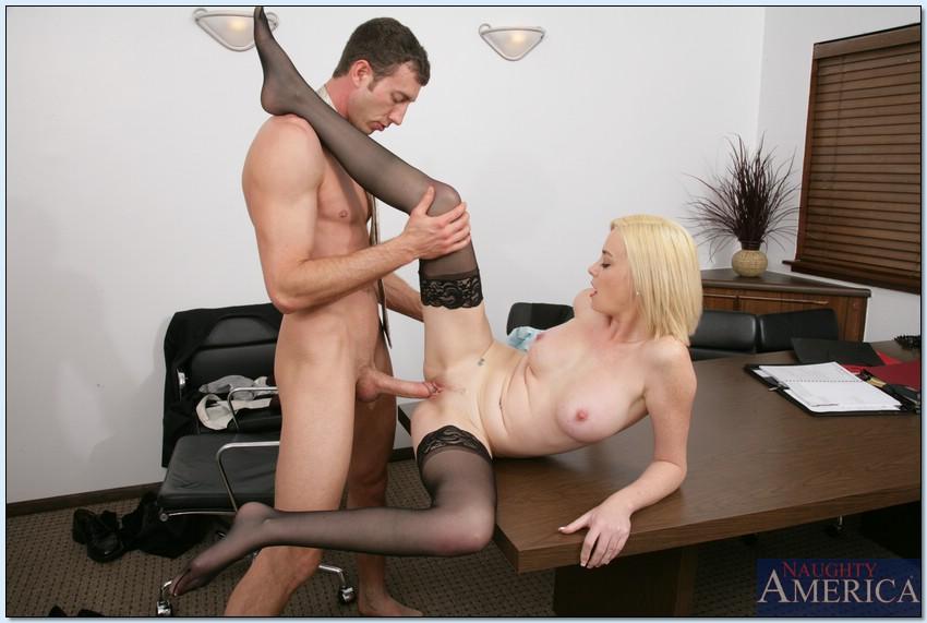 Блондиночка отсосала у секретарши и подставила щелку на столе секс-фото