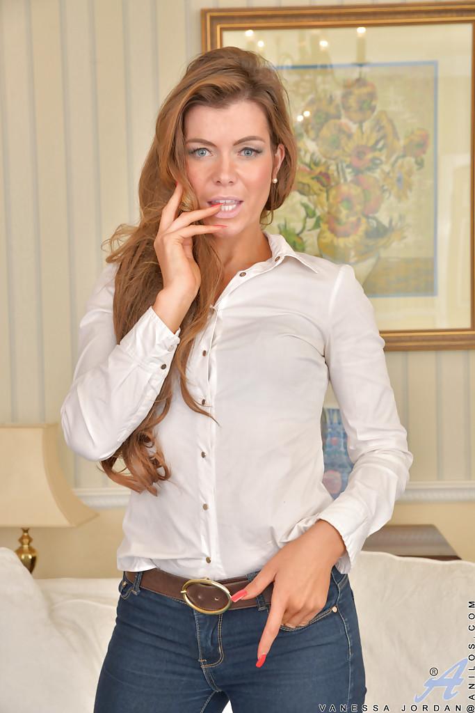 Красивая Vanessa Jordan показала стриптиз на диванчике