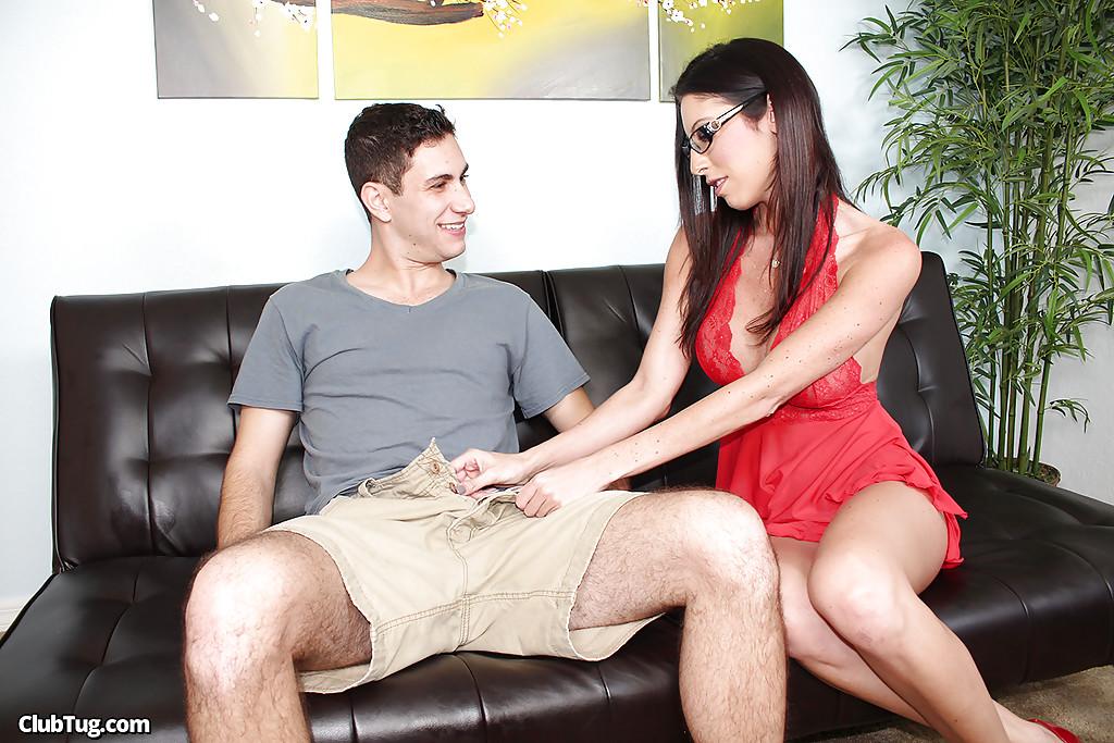 Возбужденная зрелка друга помогла юнцу подрочить секс фото