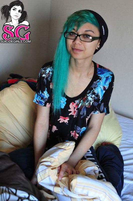 18летняя анимэшница с зелеными волосами сняла трусы на кроватке