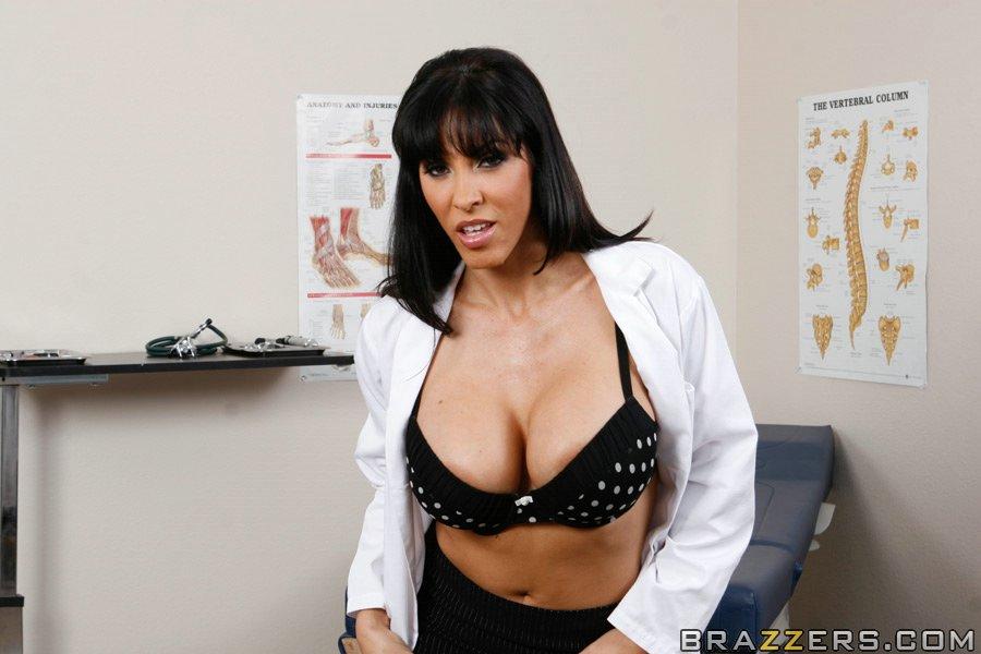 Огненная латинская докторша Veronica Rayne с большими буферами и роскошной писей оттрахала своего пациента