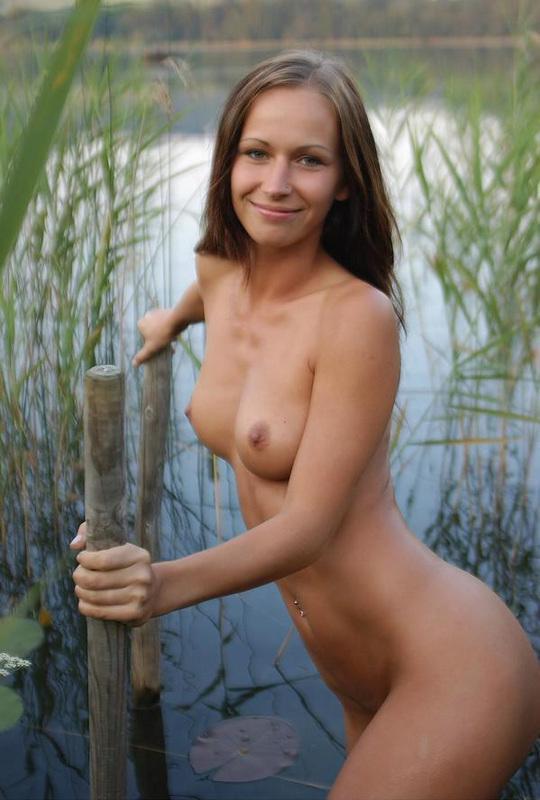 20-летняя очаровашка из России гуляет голышом по реке