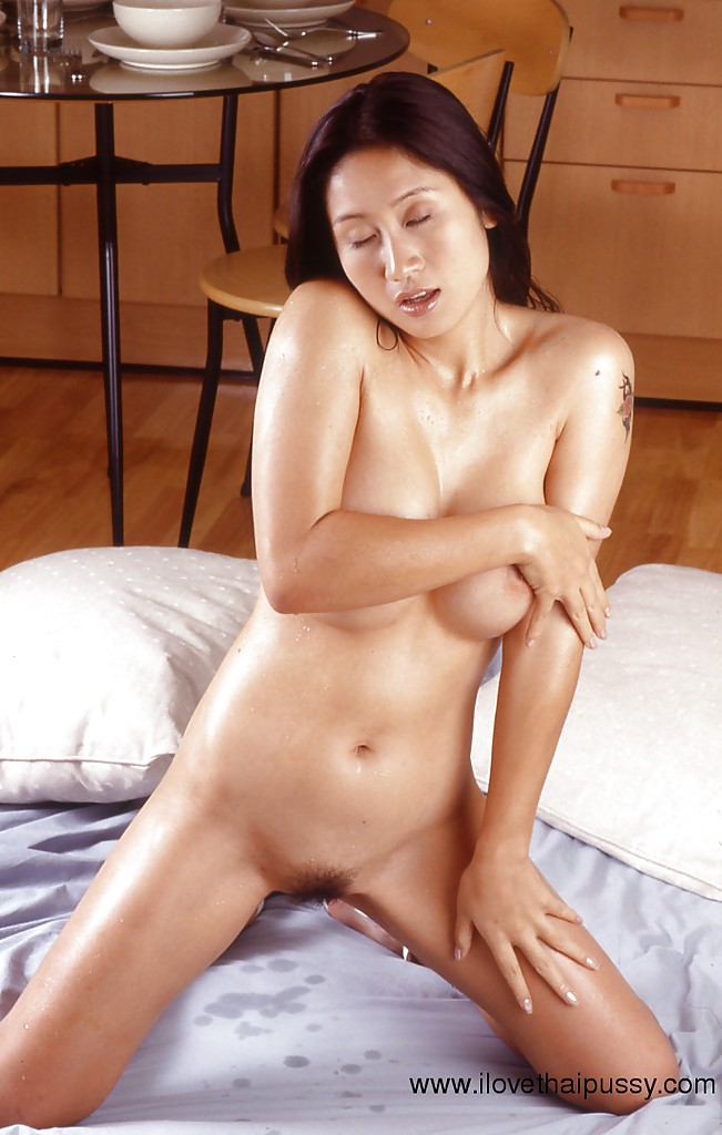 Азиатка с большими грудями онанирует пушистую пилотку, не снимая туфли