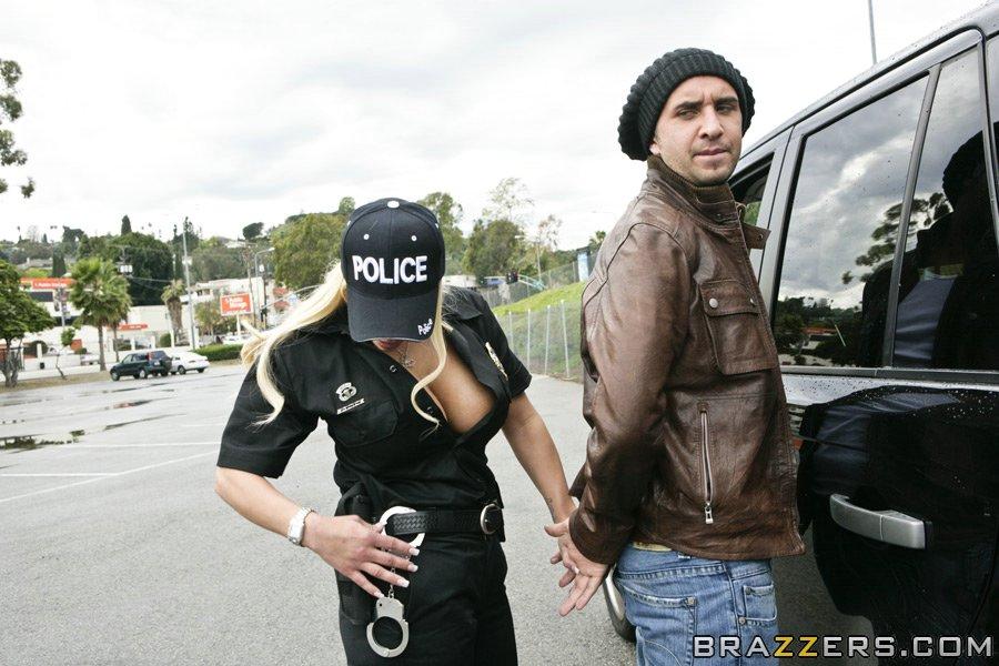 Сиськастая светловолосая полицейская детка Shyla Stylez отдалась в свою писю