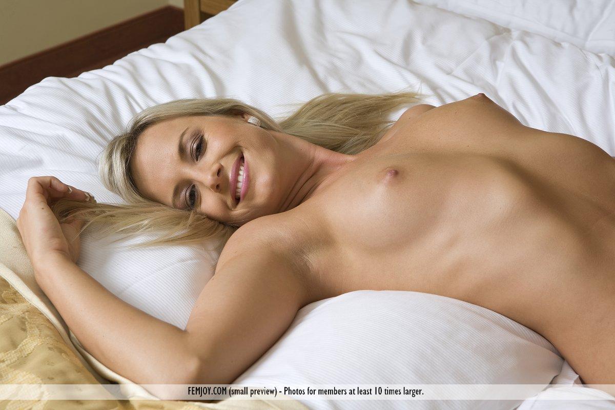Чувственная светловолосая тёлка Katej A снялась для игривых и нарядных фотографии голенькой в своей спальне