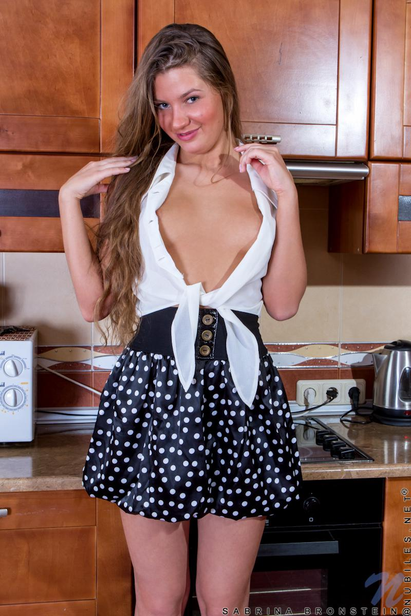 Прекрасная, молоденькая мадам Sabrina Bronstein хочет взбитые сливки и бананы