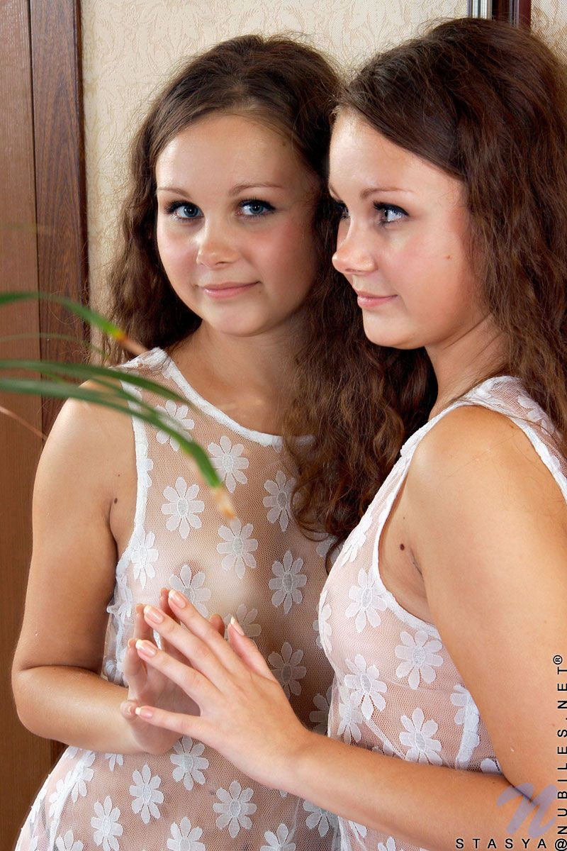 20-летняя Stasya Nubiles стаскивает прозрачную ночнушку и бикини перед зеркалом
