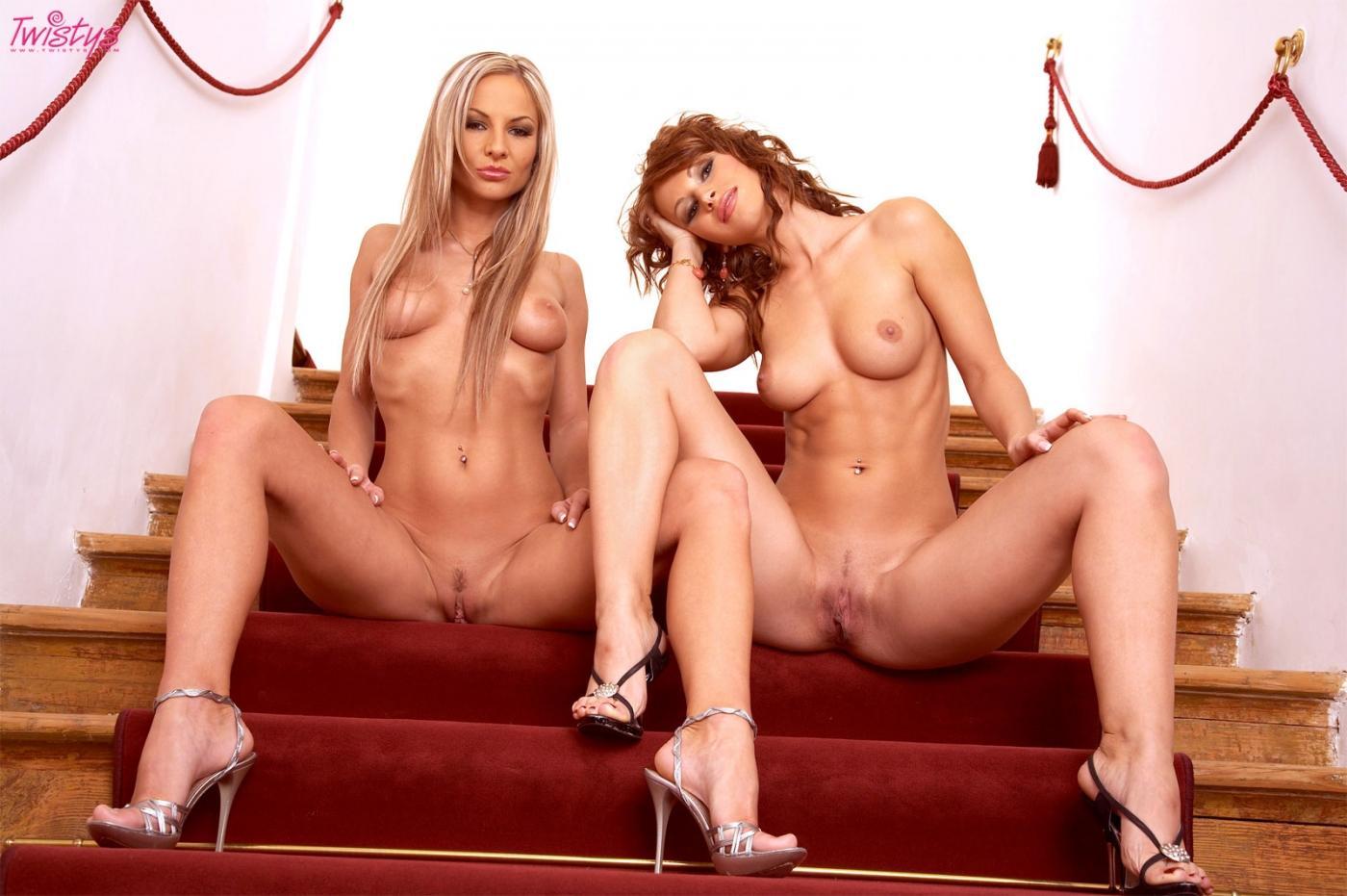 Богини-лесбиянки с стандартными телами Susana Spears и Vanessa Cooper обнажаются на лестнице