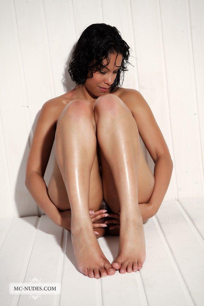 Раздвигать ножки - вот что черная милашка Elina Mcnudes умеет лучше других