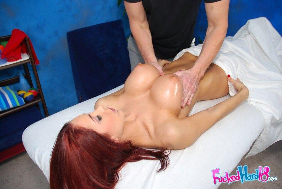 Парень возбудил рыжую бестию на массаже и выеб её на кровати