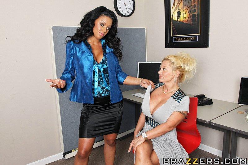 Страстная темная тетка Kerry Louise с огромной грудью наслаждается жестким интимом на работе