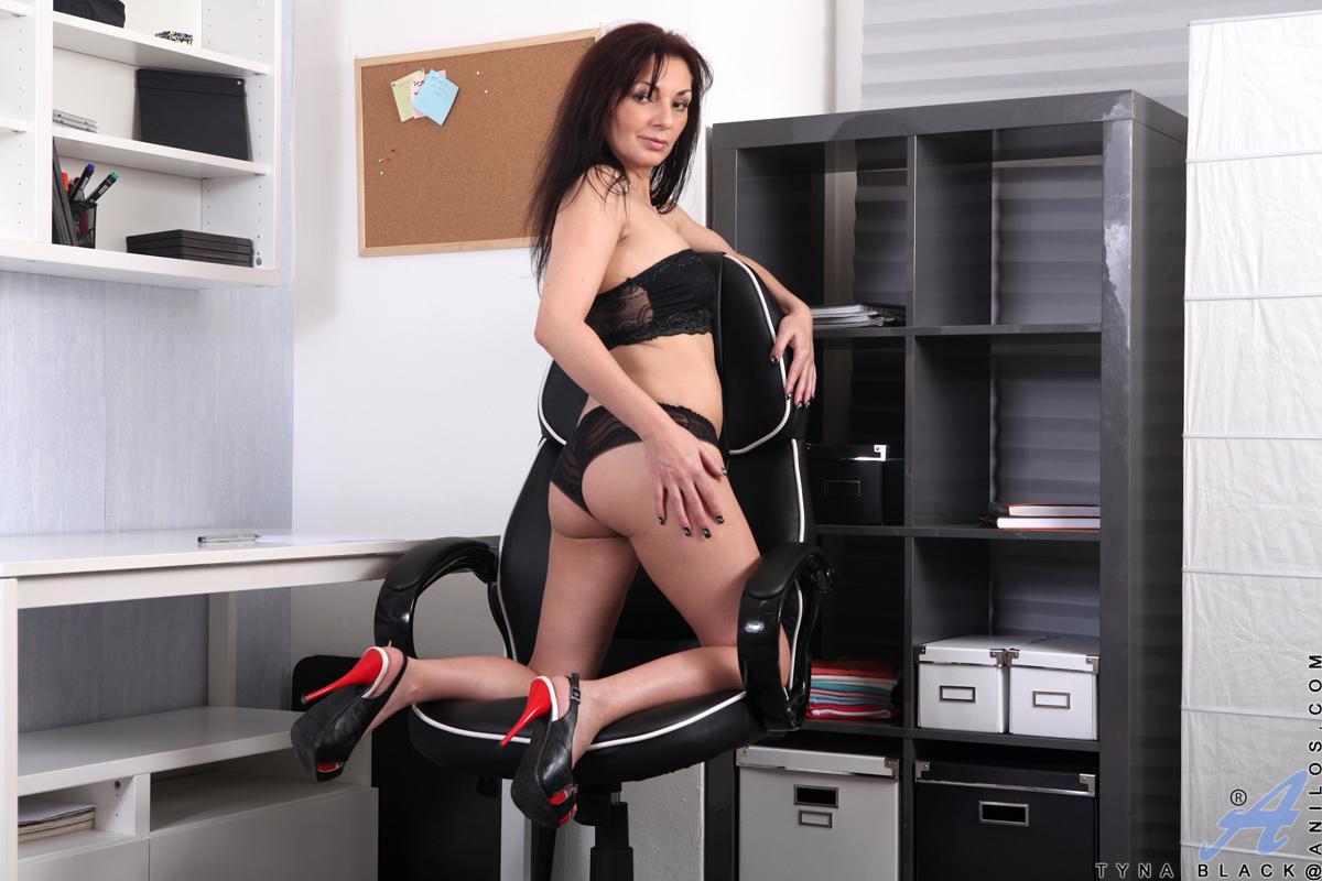 Страстная милфа Tyna Black возбуждается на работе и не скрывает этого