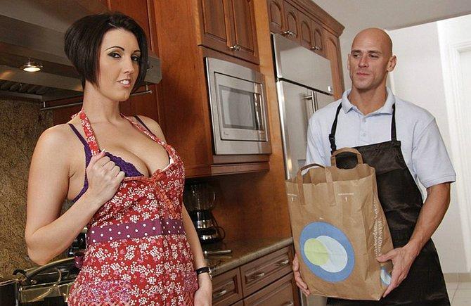 Прекрасная жена искушает супруга огромными сиськами
