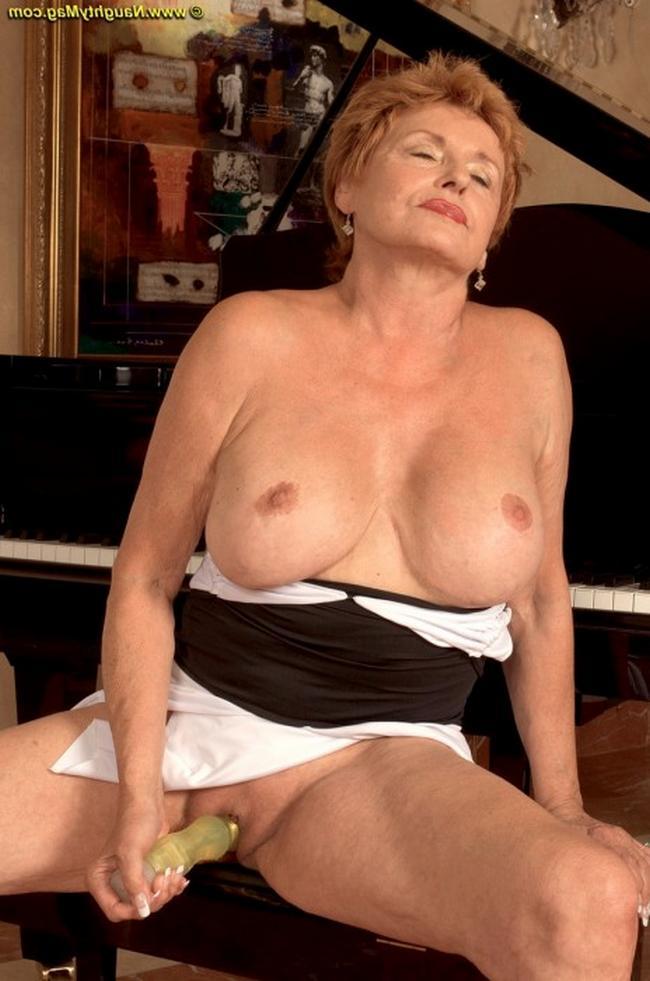 Старая музыкантша оголяет ученику как умеет дарить себе оргазм порно фото