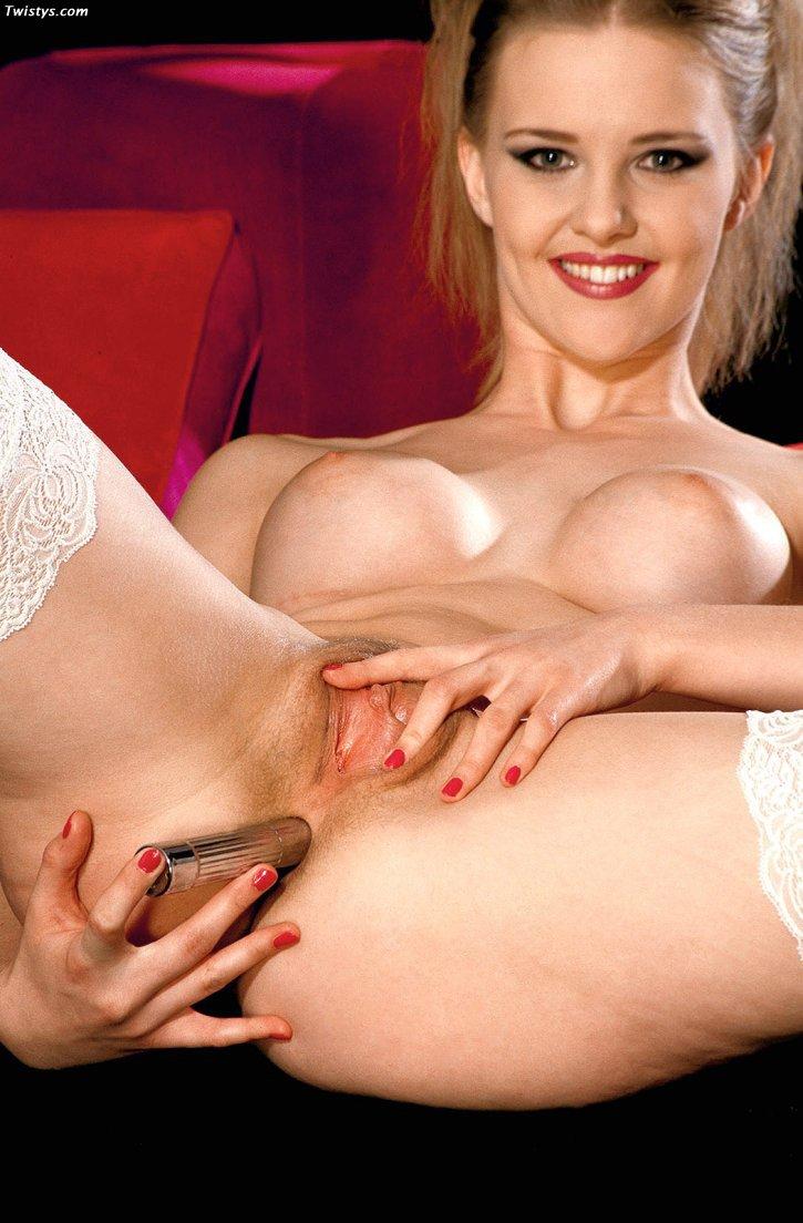 Сексапильная шлюха в красной ночной рубашке и черных носках Hannah Harper снимает одежду и трахает свою симпатичную задницу