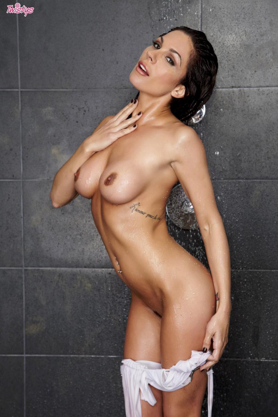 Страстная Kirsten Price с большой грудью снимает трусы и теребонькает под душем