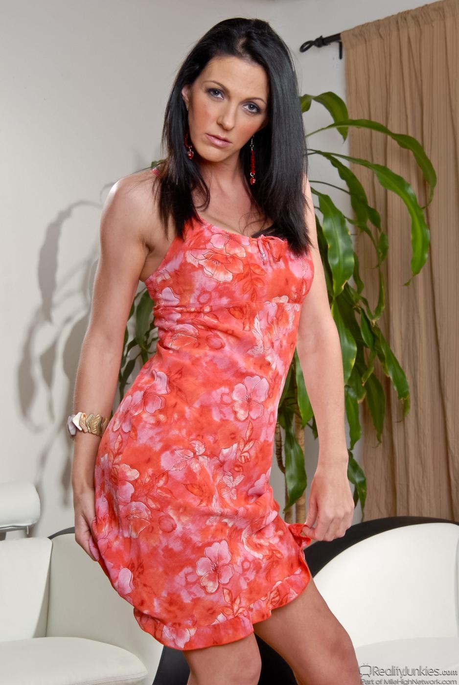 Возбужденная зрелая шатенка Roxanne Hall стаскивает платье и танцует в нижнем белье
