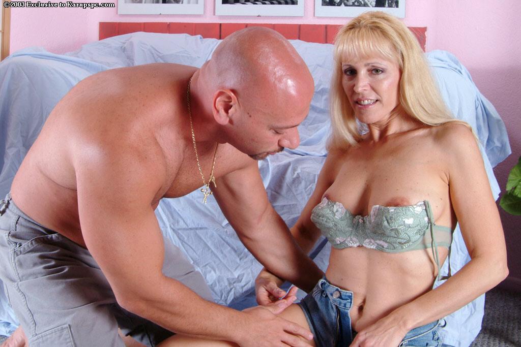 Стройная зрелая светловолосая телка Nicole Moore стаскивает свое интимное белье и ее порет лысый дядя