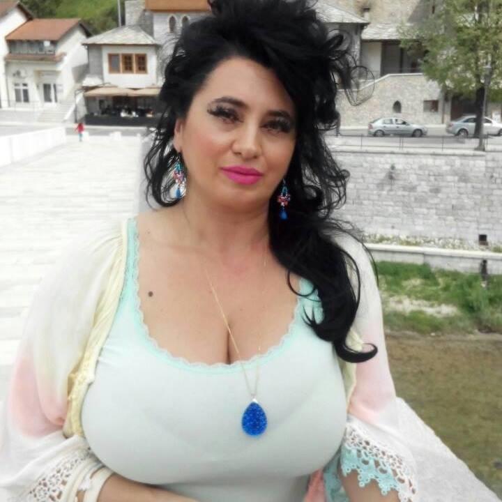 Похотливая зрелая русая порноактрисса из Боснии, не стягивает трусики